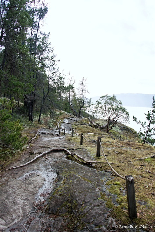 There are basically only two trails in the park. One goes to a viewpoint and the other is a 1.24 km trail to Francis Point. It is a bit minimalist as it travels almost entirely over granite shoreline and was made to have little impact on the vegetation.